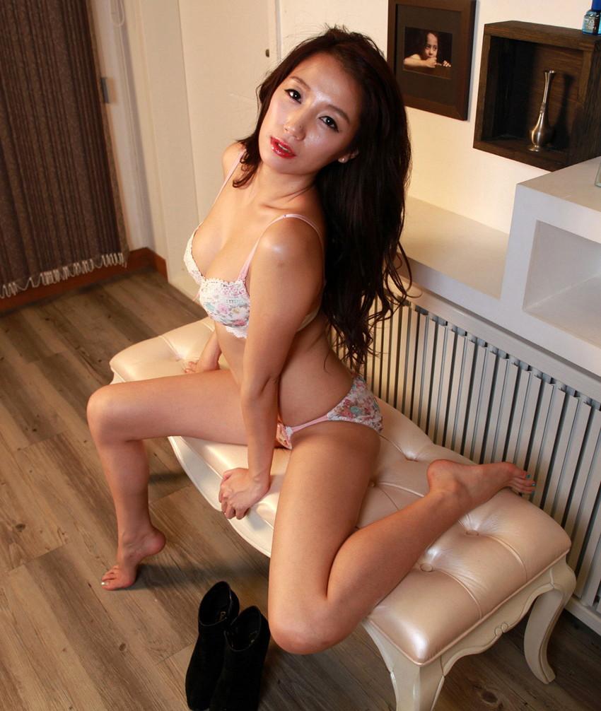 【美熟女エロ画像】金払ってでも抱きたい!妖艶な魅力の美熟女! 26
