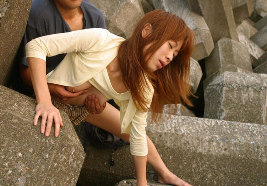 【青姦エロ画像】すっかり暖かくなった今の時期にピッタリの開放的な青姦画像 16
