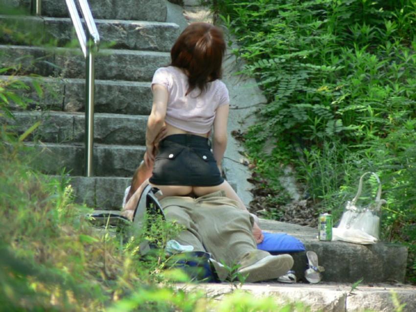 【青姦エロ画像】すっかり暖かくなった今の時期にピッタリの開放的な青姦画像 17