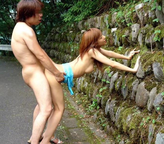 【青姦エロ画像】すっかり暖かくなった今の時期にピッタリの開放的な青姦画像 39
