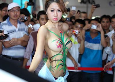 ちょwwコレ完全にストリップだろwww小さな子供も見に来る中国のモーターショーがエ□すぎるwww(画像15枚)