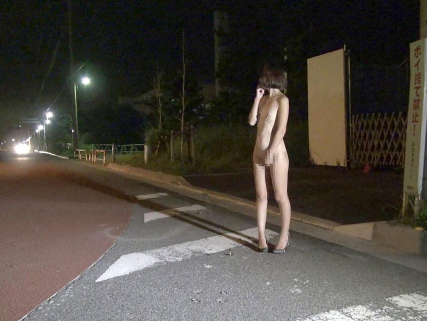 【野外露出エロ画像】屋外で全裸を晒すというスリリングなプレイがこちらw 06