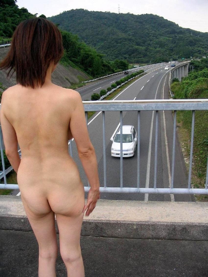 【野外露出エロ画像】屋外で全裸を晒すというスリリングなプレイがこちらw 13