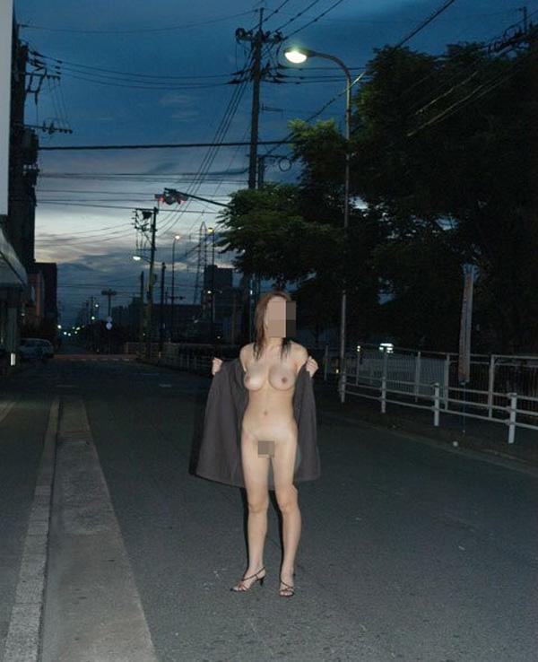 【野外露出エロ画像】屋外で全裸を晒すというスリリングなプレイがこちらw 18