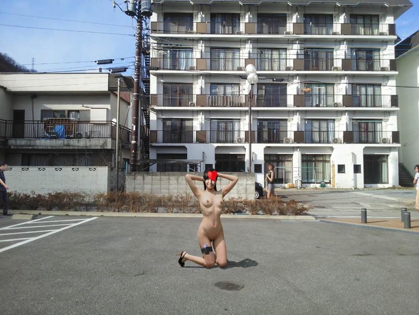【野外露出エロ画像】屋外で全裸を晒すというスリリングなプレイがこちらw 30
