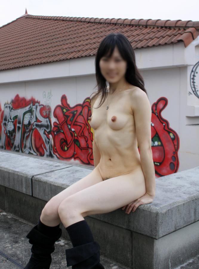 【野外露出エロ画像】屋外で全裸を晒すというスリリングなプレイがこちらw 44