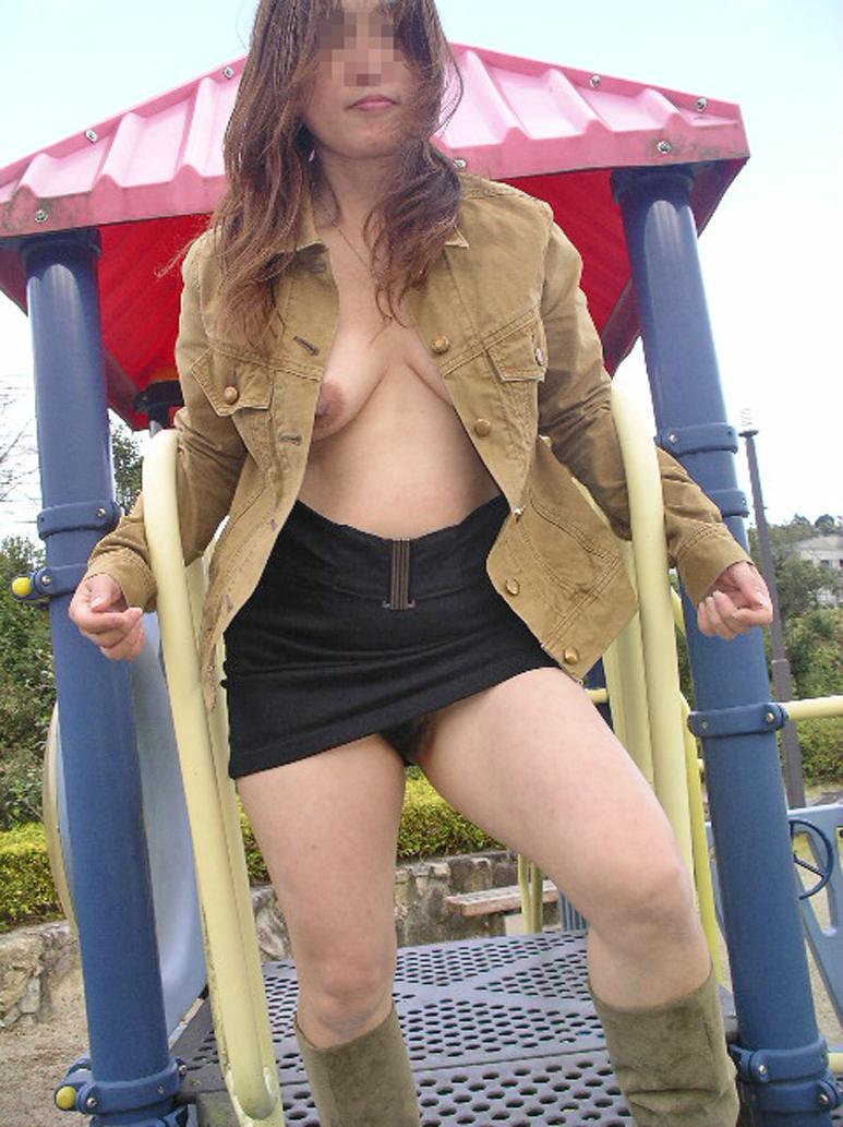 【野外露出エロ画像】屋外で全裸を晒すというスリリングなプレイがこちらw 46