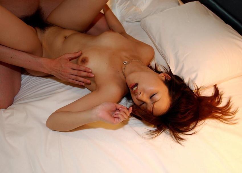 【正常位エロ画像】セックスの代表的な体位と言ったらコレ!正常位でハメまくりww 24