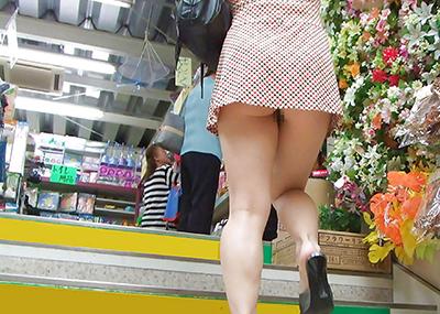 【海外ノーパンエロ画像】パンチラチャンス!まさかの履いてない!っていうヤツw