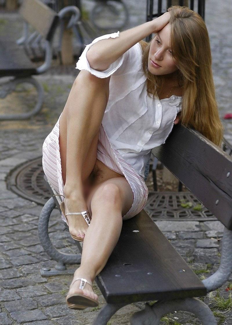 【海外ノーパンエロ画像】パンチラチャンス!まさかの履いてない!っていうヤツw 08