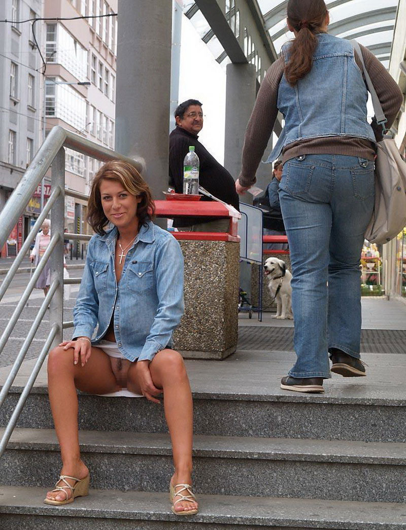 【海外ノーパンエロ画像】パンチラチャンス!まさかの履いてない!っていうヤツw 09