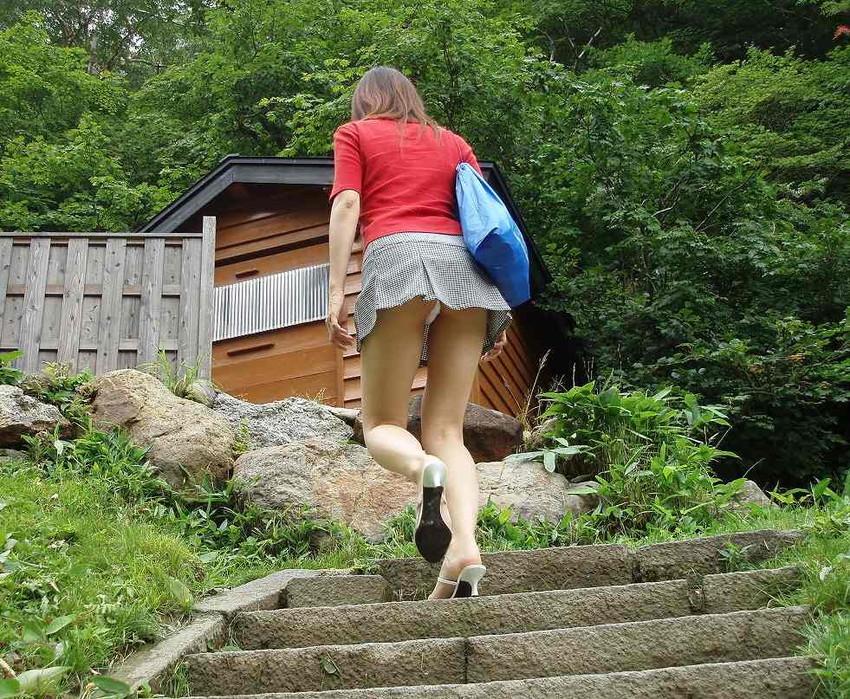 【階段パンチラエロ画像】ミニスカで階段を上る女の子は警戒心が無いのか!?w