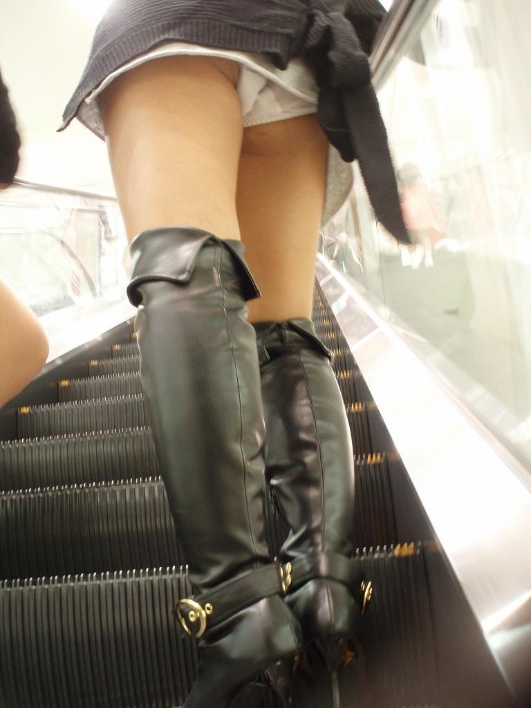 【階段パンチラエロ画像】ミニスカで階段を上る女の子は警戒心が無いのか!?w 07