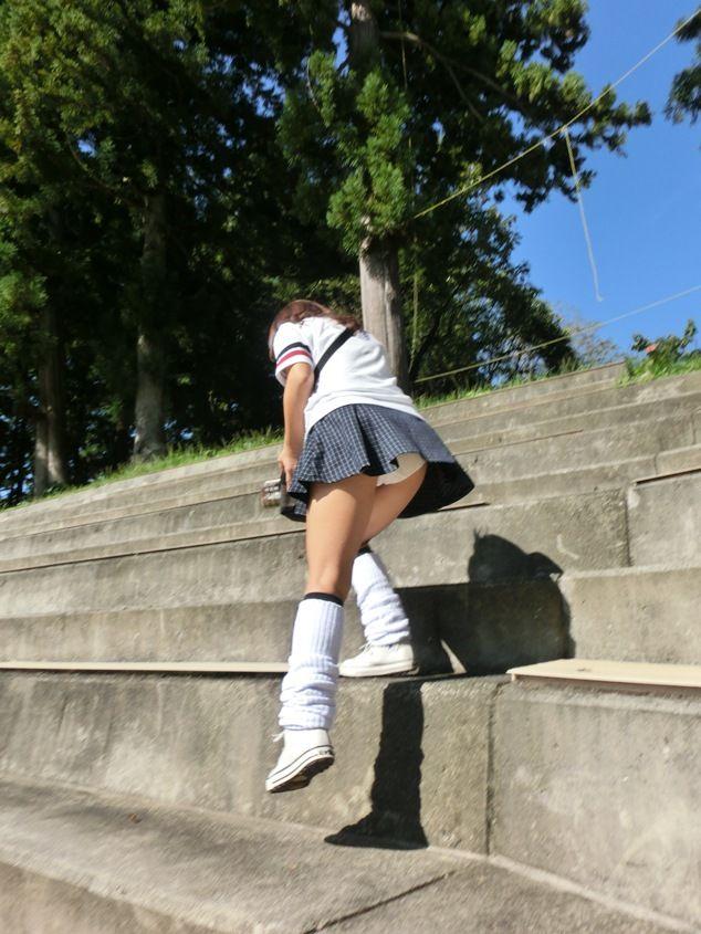 【階段パンチラエロ画像】ミニスカで階段を上る女の子は警戒心が無いのか!?w 13