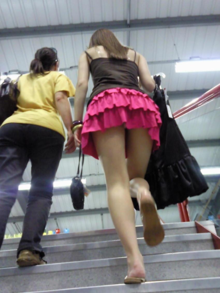 【階段パンチラエロ画像】ミニスカで階段を上る女の子は警戒心が無いのか!?w 14