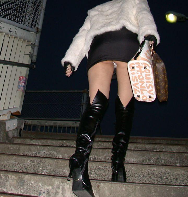 【階段パンチラエロ画像】ミニスカで階段を上る女の子は警戒心が無いのか!?w 15
