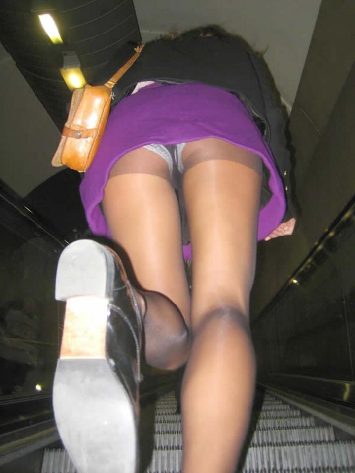 【階段パンチラエロ画像】ミニスカで階段を上る女の子は警戒心が無いのか!?w 27