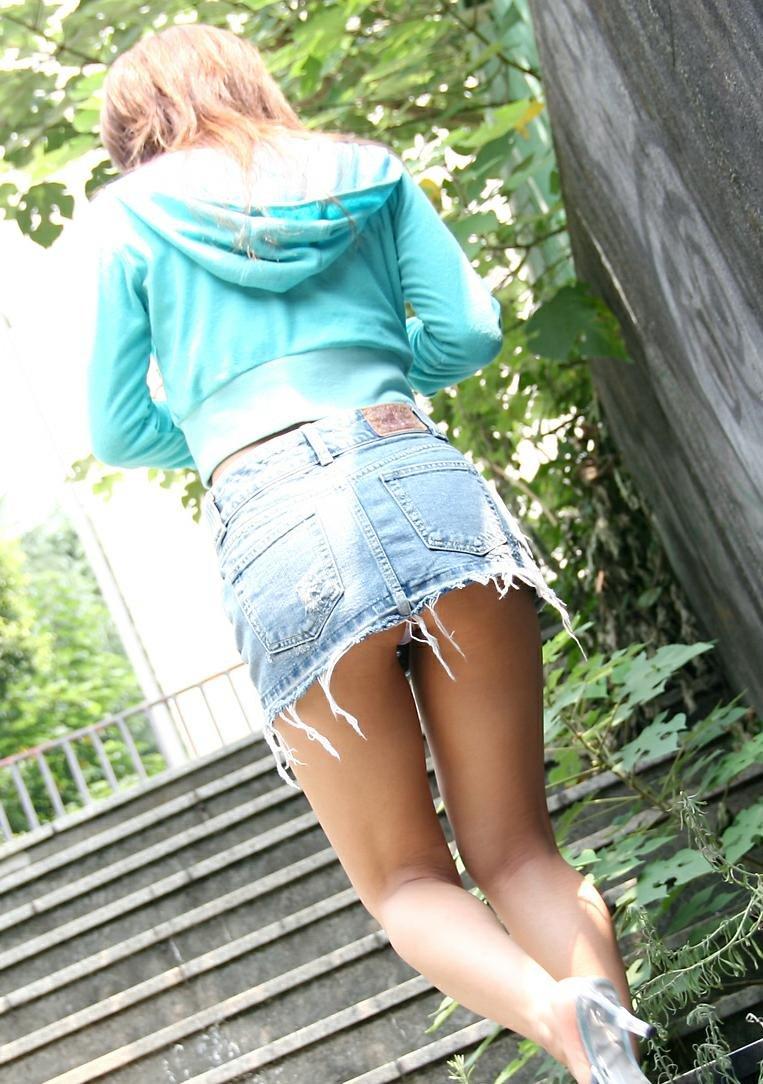 【階段パンチラエロ画像】ミニスカで階段を上る女の子は警戒心が無いのか!?w 32