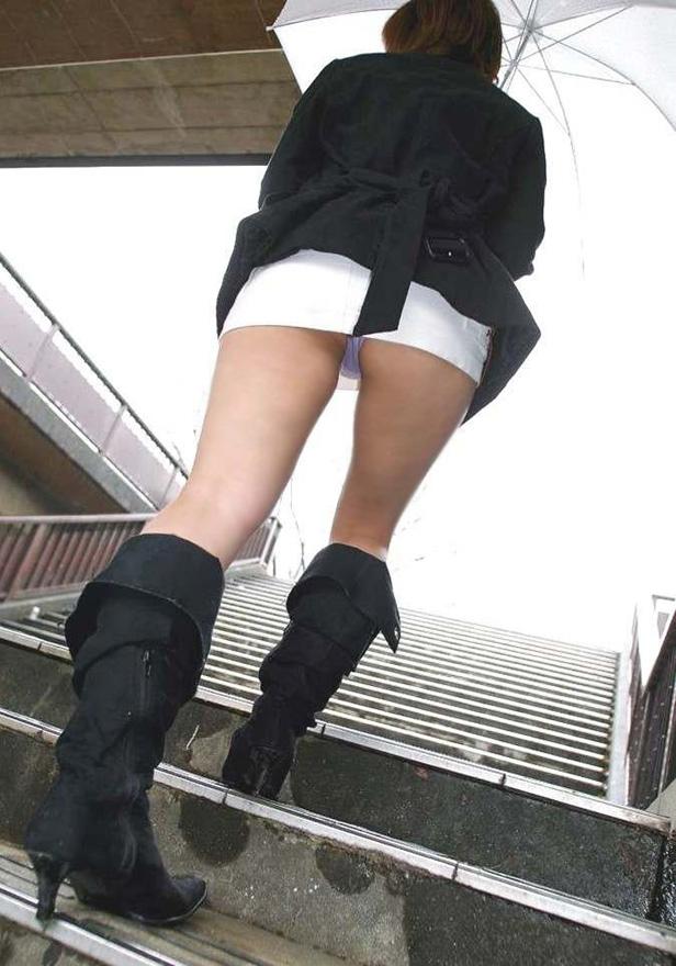 【階段パンチラエロ画像】ミニスカで階段を上る女の子は警戒心が無いのか!?w 33