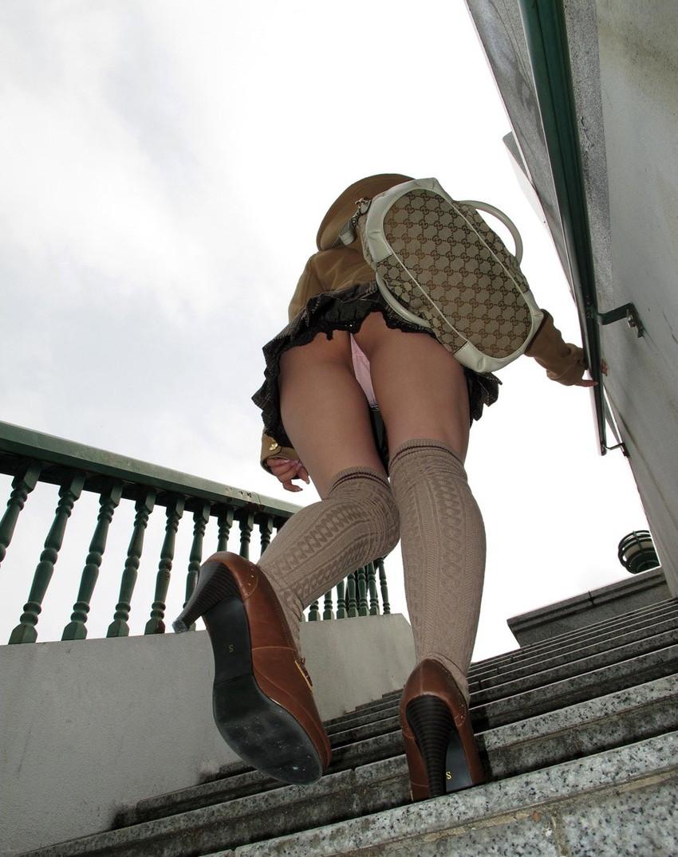 【階段パンチラエロ画像】ミニスカで階段を上る女の子は警戒心が無いのか!?w 35