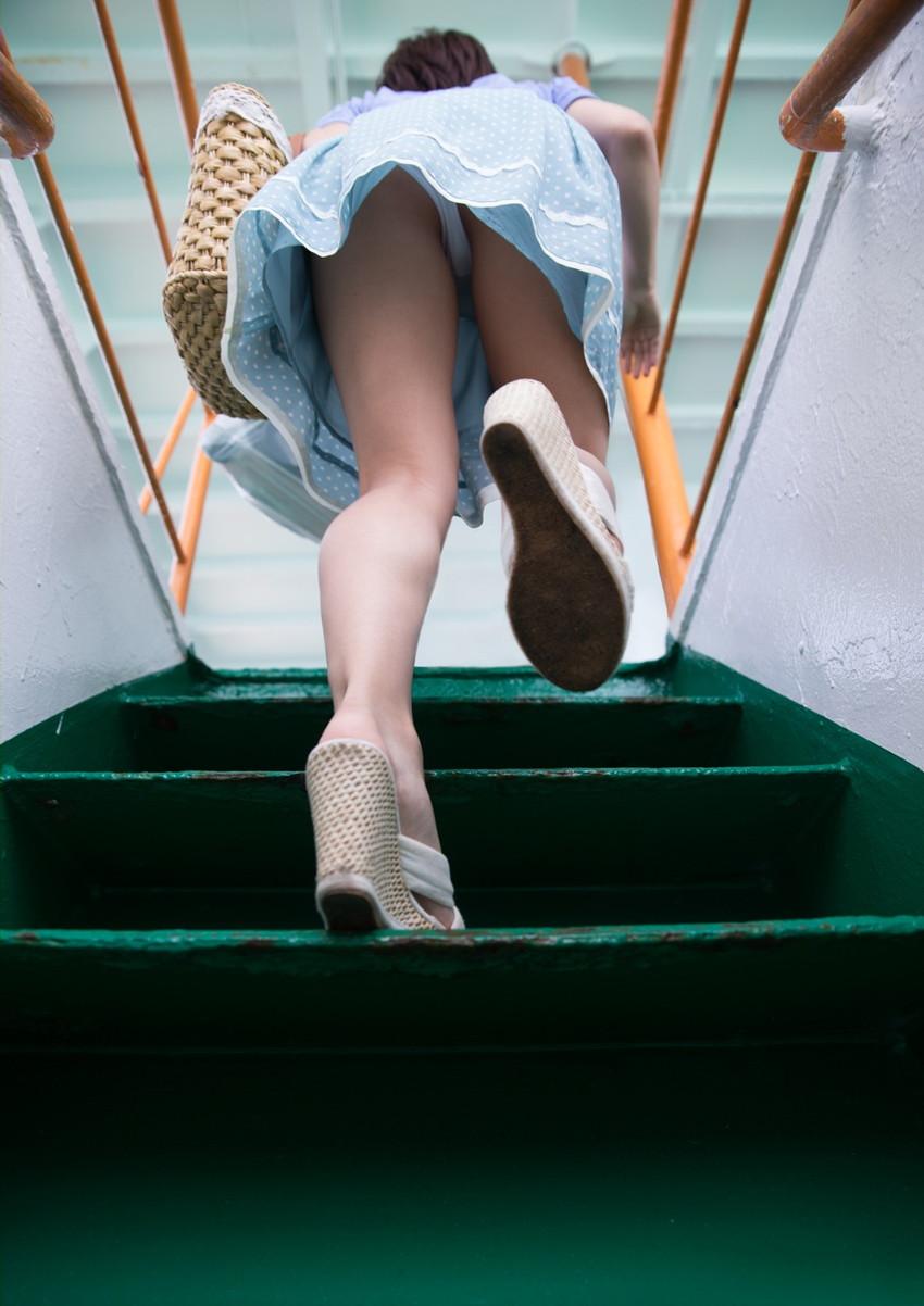 【階段パンチラエロ画像】ミニスカで階段を上る女の子は警戒心が無いのか!?w 36