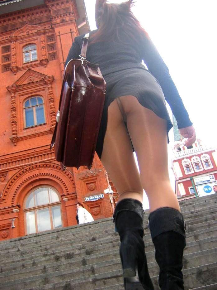 【階段パンチラエロ画像】ミニスカで階段を上る女の子は警戒心が無いのか!?w 43