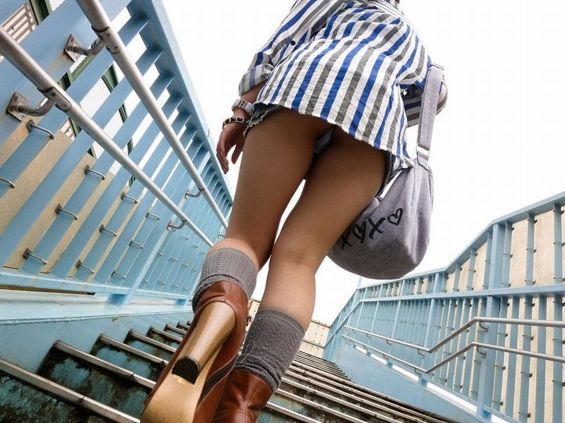 【階段パンチラエロ画像】ミニスカで階段を上る女の子は警戒心が無いのか!?w 45