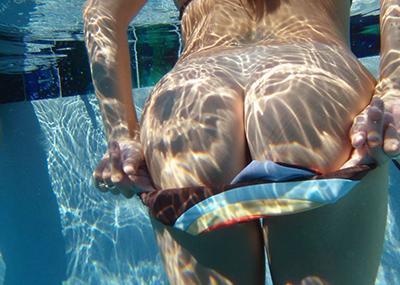 【水中エロ画像】目の届きにくい水中では女の子はこんなに大胆だぞ!