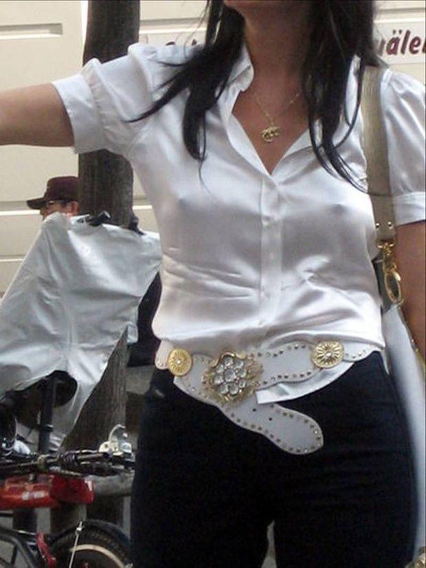 【胸ポチエロ画像】ノーブラって素晴らしい!着衣に浮き出した胸ポチ!w 23