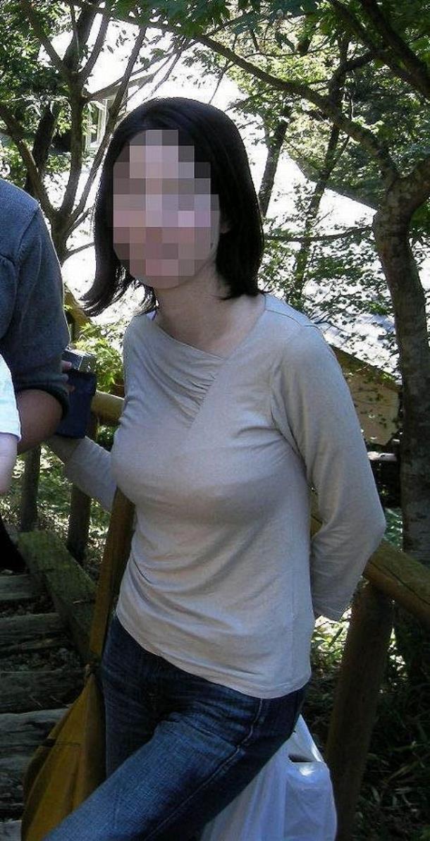 【胸ポチエロ画像】ノーブラって素晴らしい!着衣に浮き出した胸ポチ!w 49