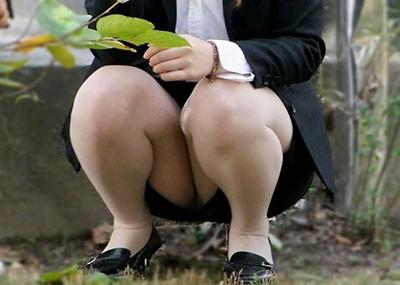 【OLパ○チラ】OLさんのタイトスカートの奥に見えるパ○チラがって強烈にエ□いよなwww(画像15枚)