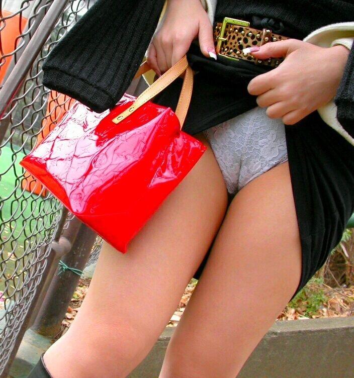 【食い込みエロ画像】女の子の股間に食い込んだパンティー!オマンコの形が丸解りだぜ! 46