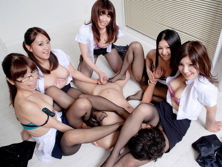 【ハーレムプレイエロ画像】おい!代われ!!と本気で思う複数人の女相手に男1人! 33