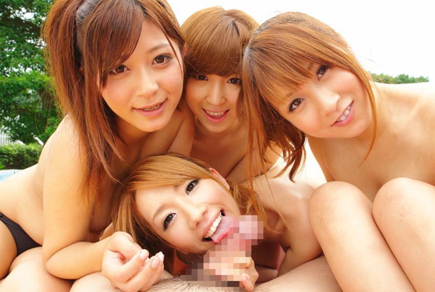 【ハーレムプレイエロ画像】おい!代われ!!と本気で思う複数人の女相手に男1人! 40