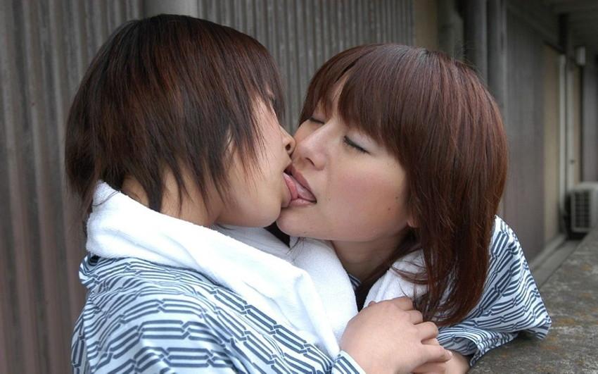 【レズビアンキスエロ画像】美しきレズビアンたちの芸術性までありそうなレズビアンキス 32