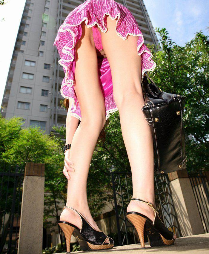 【ローアングルエロ画像】街中でのパンチラ娘たちの特集画像がコチラww 13