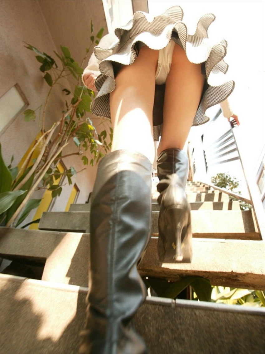 【ローアングルエロ画像】街中でのパンチラ娘たちの特集画像がコチラww 19