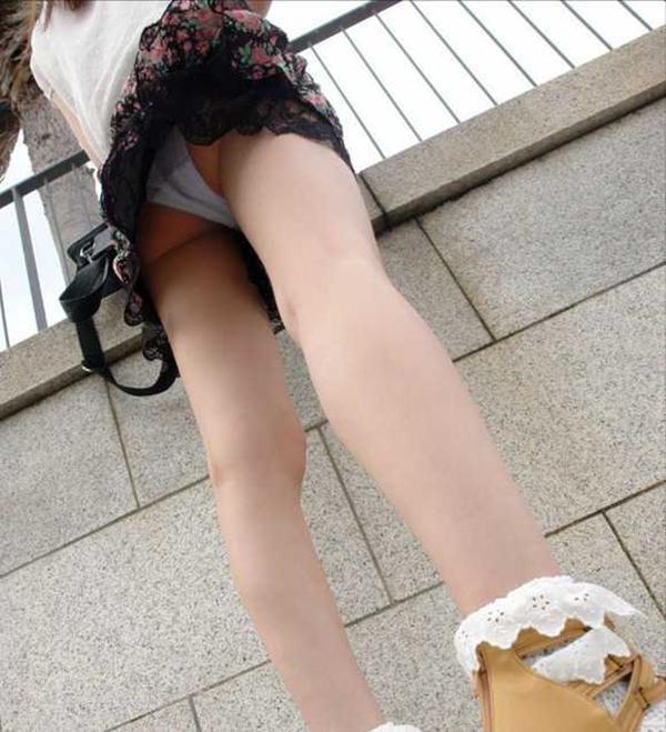 【ローアングルエロ画像】街中でのパンチラ娘たちの特集画像がコチラww 37