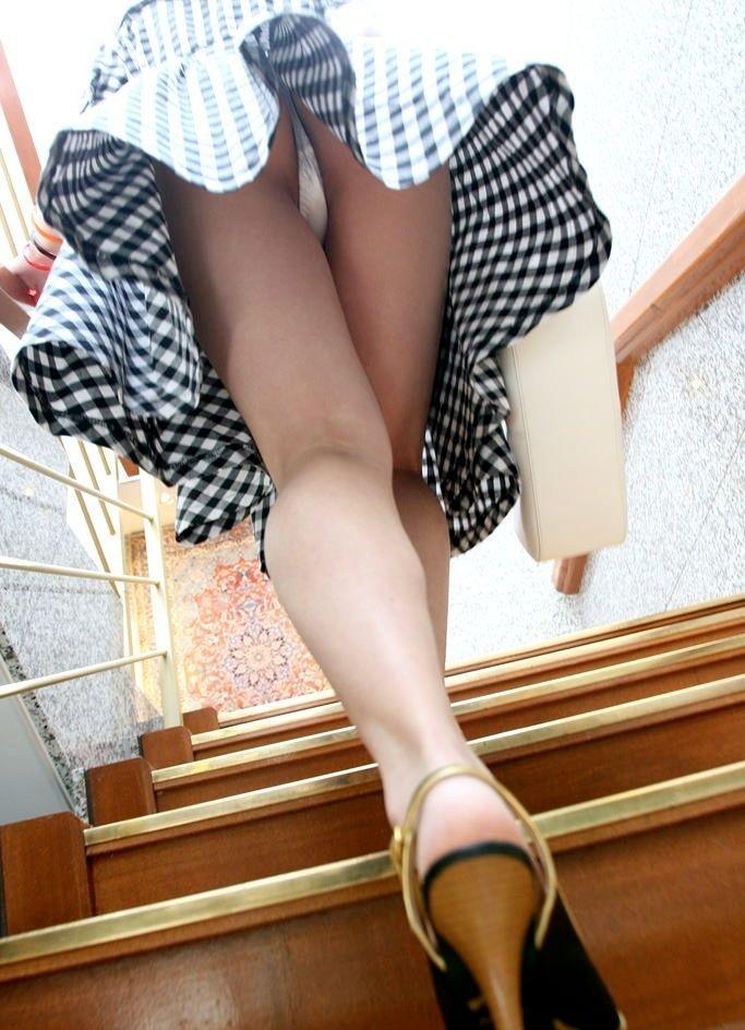 【ローアングルエロ画像】街中でのパンチラ娘たちの特集画像がコチラww 50