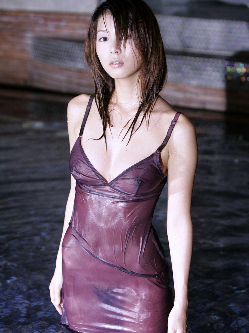 【濡れ透けエロ画像】女の子の着衣がびしょ濡れで着衣の下が透っけ透け! 11