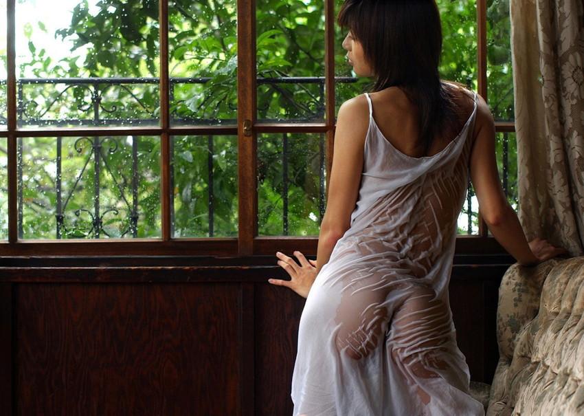 【濡れ透けエロ画像】女の子の着衣がびしょ濡れで着衣の下が透っけ透け! 30