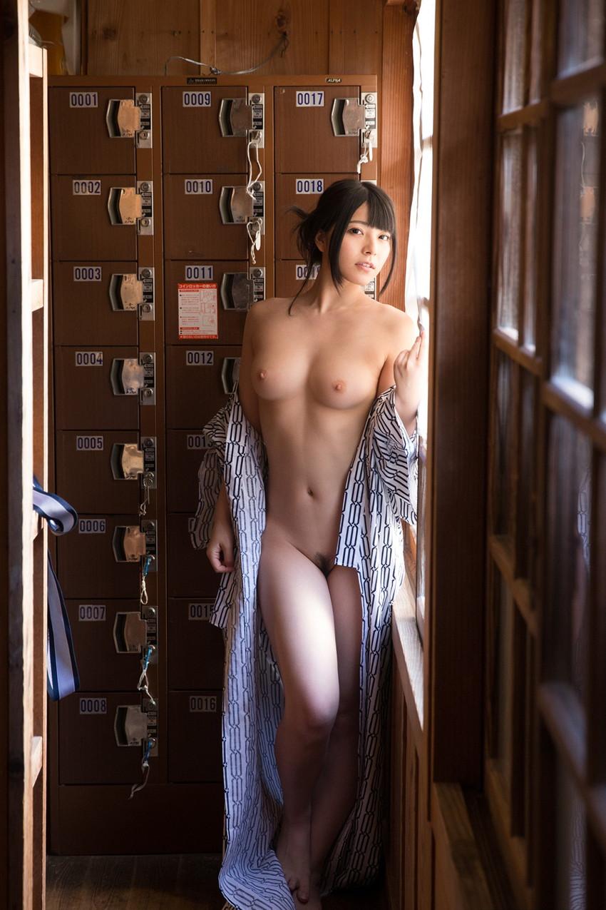 類まれなそのルックスで一気に大人気AV女優に上り詰めた上原亜衣!