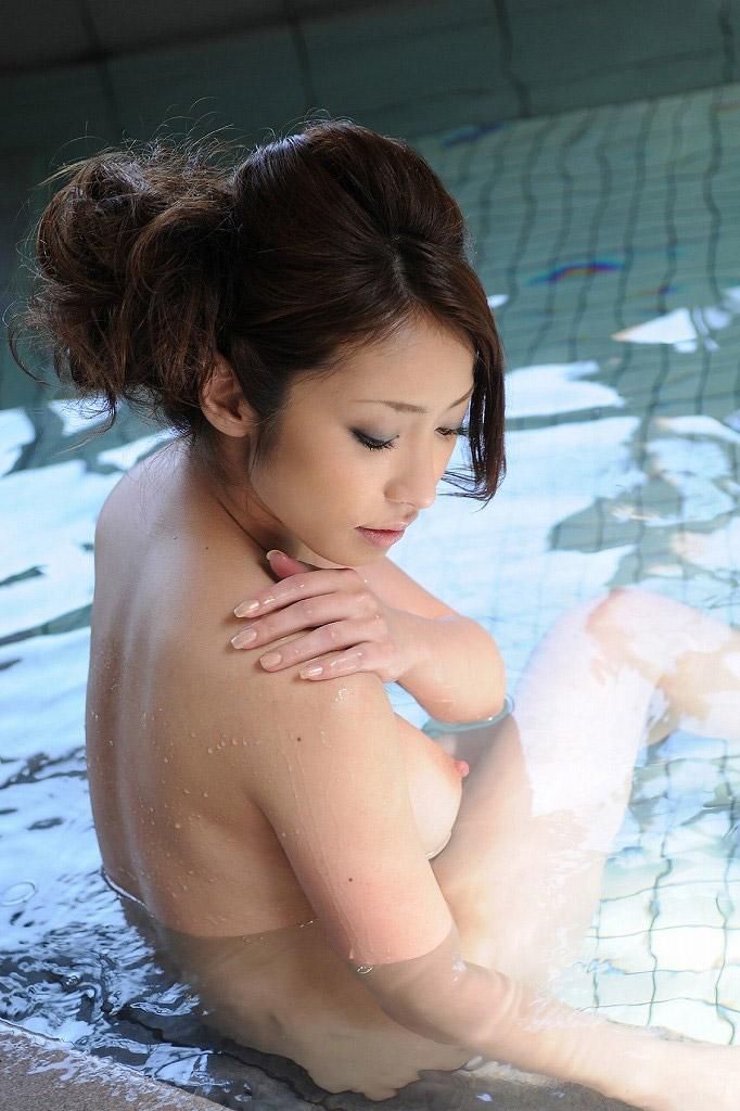 【温泉エロ画像】美女が温泉で身体を濡らしている全裸姿が色っぽいw(50枚) 14