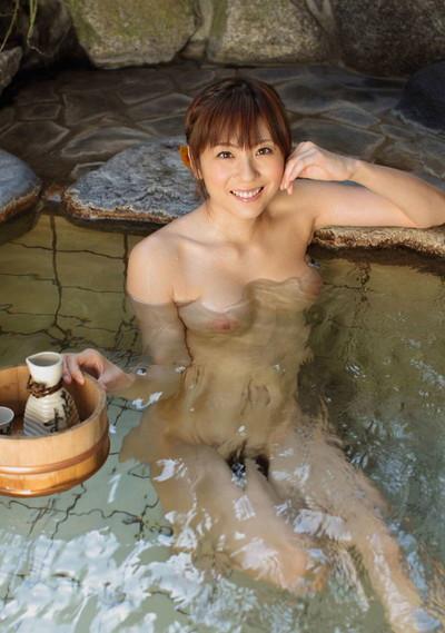 【温泉エロ画像】美女が温泉で身体を濡らしている全裸姿が色っぽいw(50枚) 07