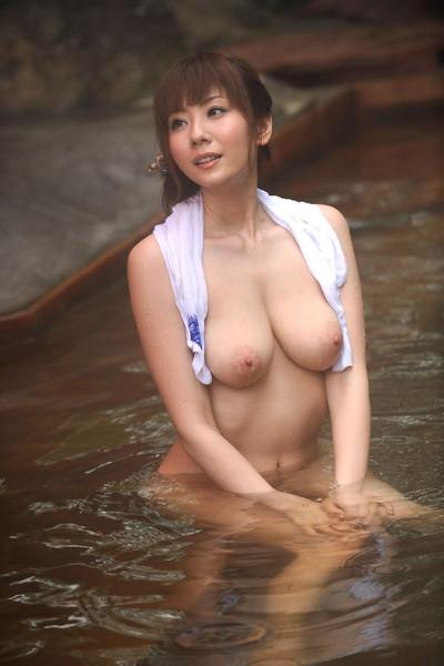 【温泉エロ画像】美女が温泉で身体を濡らしている全裸姿が色っぽいw(50枚) 35