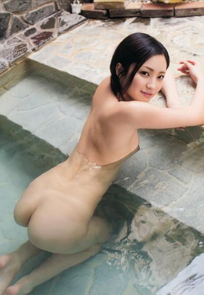 【温泉エロ画像】美女が温泉で身体を濡らしている全裸姿が色っぽいw(50枚) 38