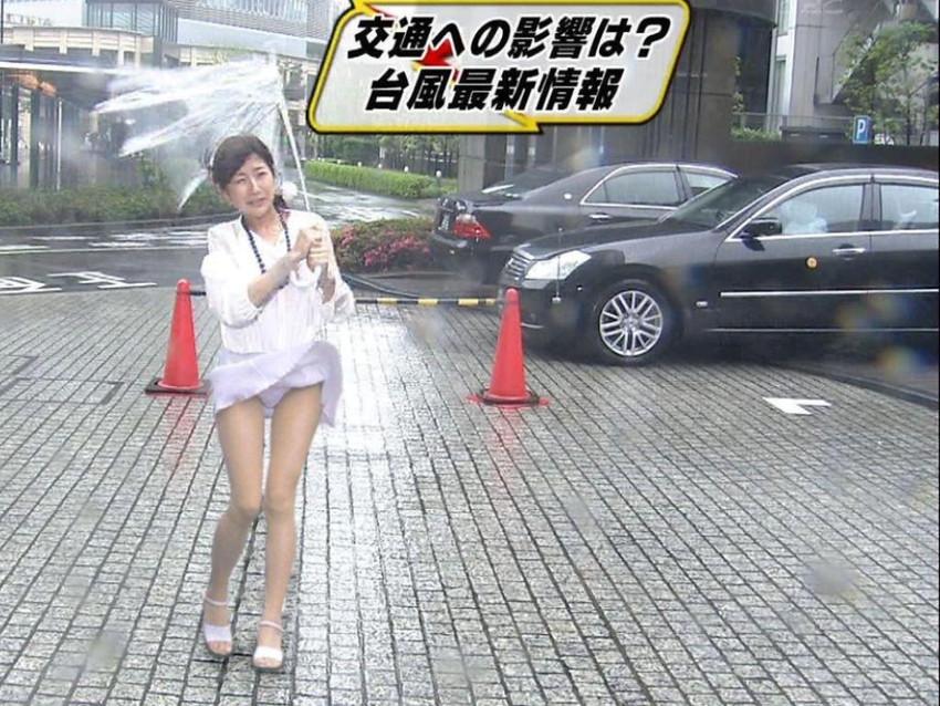 【女子アナエロ画像】番組中に起こった女子アナのパンチラ、胸チラ画像集!うきうきウォッチング感がハンパないです! 06