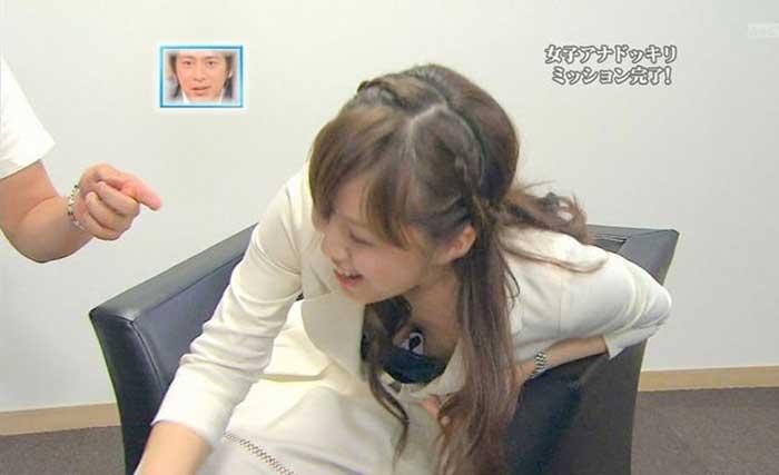 【女子アナエロ画像】番組中に起こった女子アナのパンチラ、胸チラ画像集!うきうきウォッチング感がハンパないです! 24