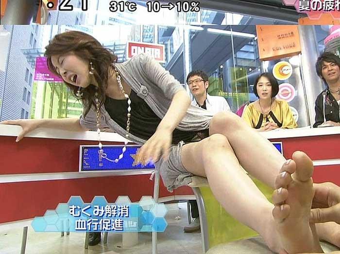 【女子アナエロ画像】番組中に起こった女子アナのパンチラ、胸チラ画像集!うきうきウォッチング感がハンパないです! 37