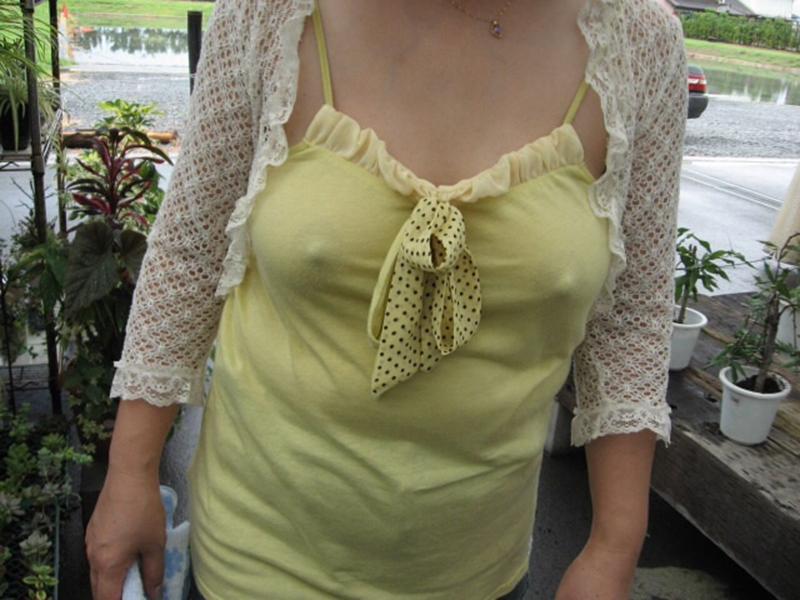 【乳首ポッチエロ画像】思わず2度見してしまう胸元に乳首が浮いてる女たち! 21